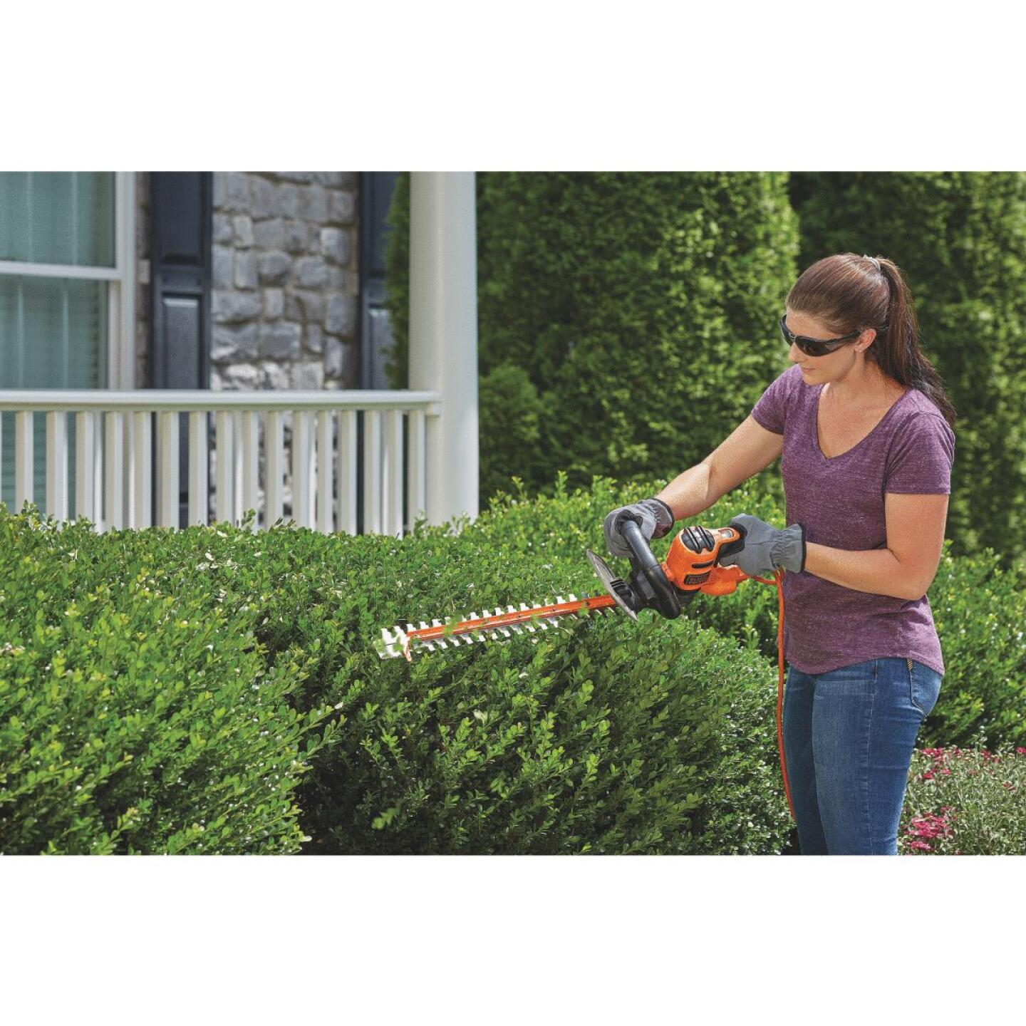 Black & Decker Sawblade 20 In. 3A Corded Electric Hedge Trimmer Image 2